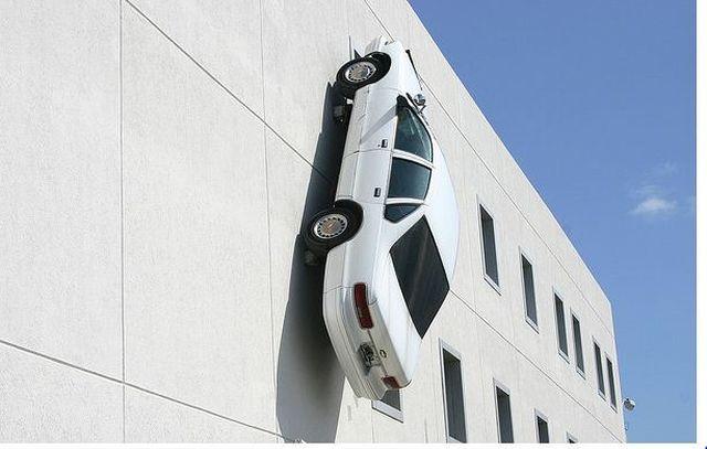 автомобиль прикрепренный к фасаду здания
